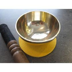 Indische gegossene Mini-Schale mit gelbem Pad und Lederklöppel